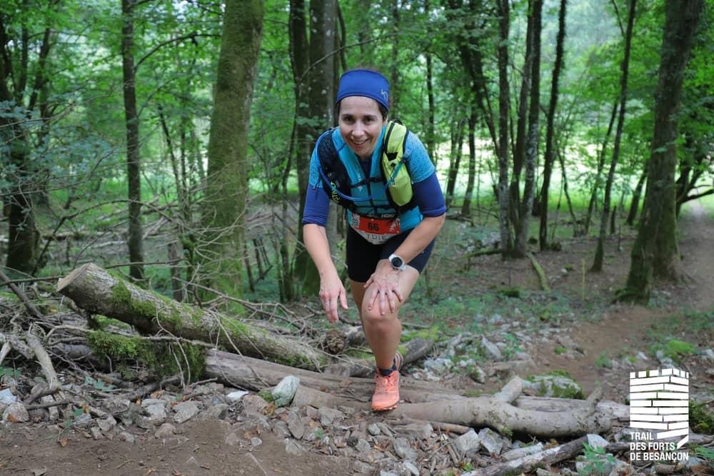 Trail des Forts, coureuse dans les bois